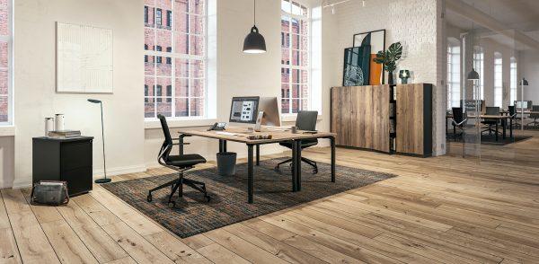 Assmann Schreibtisch und Bürodrehstühle