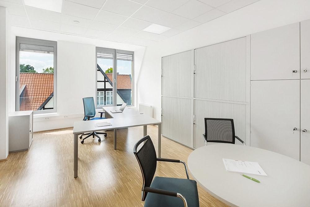 Schreibtisch und Besprechungsecke