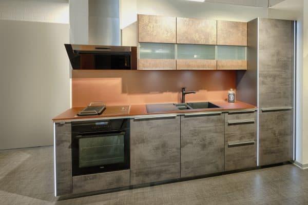 Küchenzeile mit Dunstabzugshaube