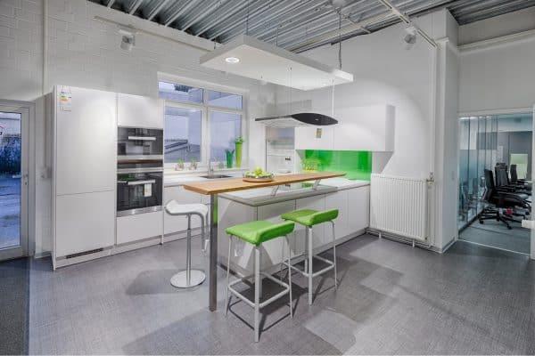 Helle Küche mit Sitzplätzen